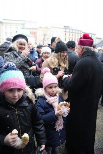 Metropolita łamał się opłatkiem z mieszkańcami Krakowa