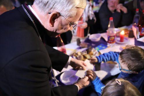 Arcybiskup przy Wigilijnym stole z osobami ubogimi i samotnymi
