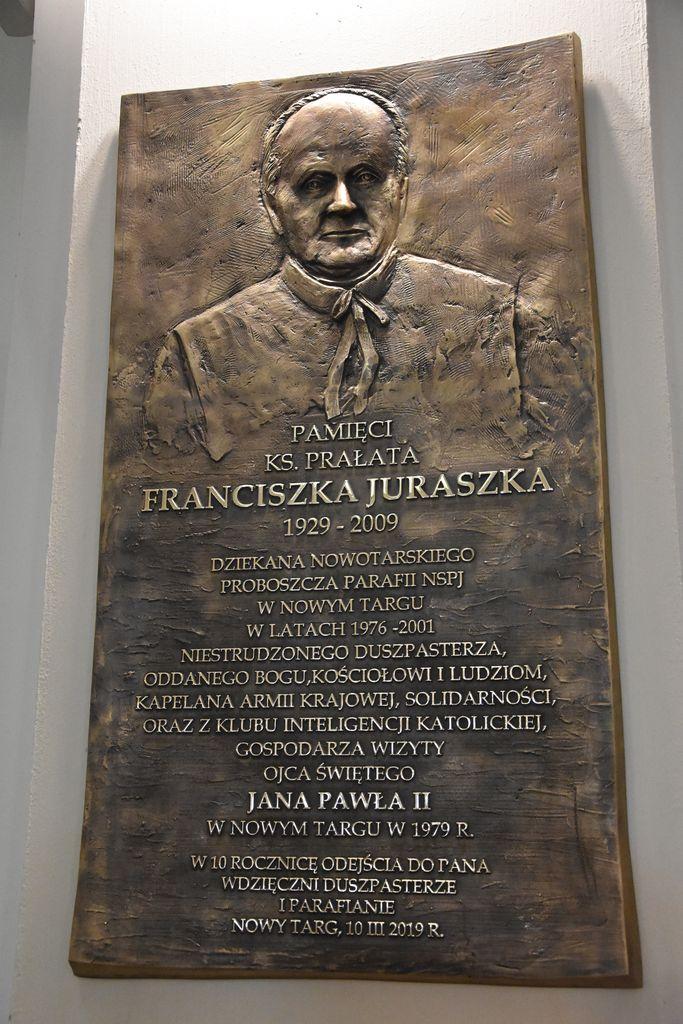 Tablica pamiątkowa poświęcona proboszczowi, który był gospodarzem pielgrzymki Jana Pawła II do stolicy Podhala w 1979 r.
