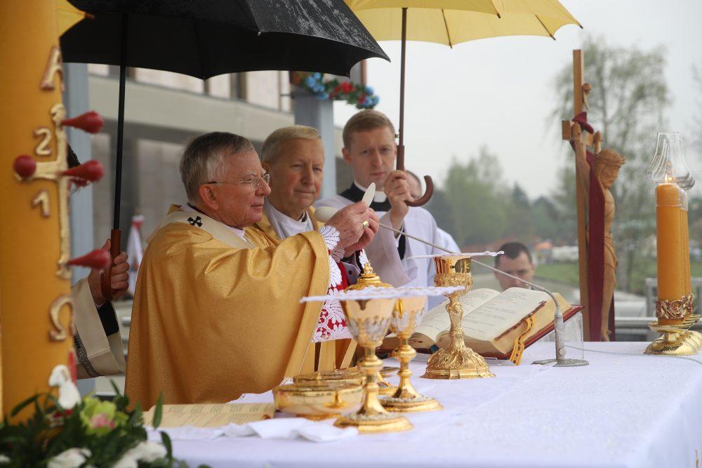 Abp Marek Jędraszewski: Iść przez życie za św. Faustyną z ufnością w miłosierdzie Boże. Msza św. w Niedzielę Miłosierdzia Bożego