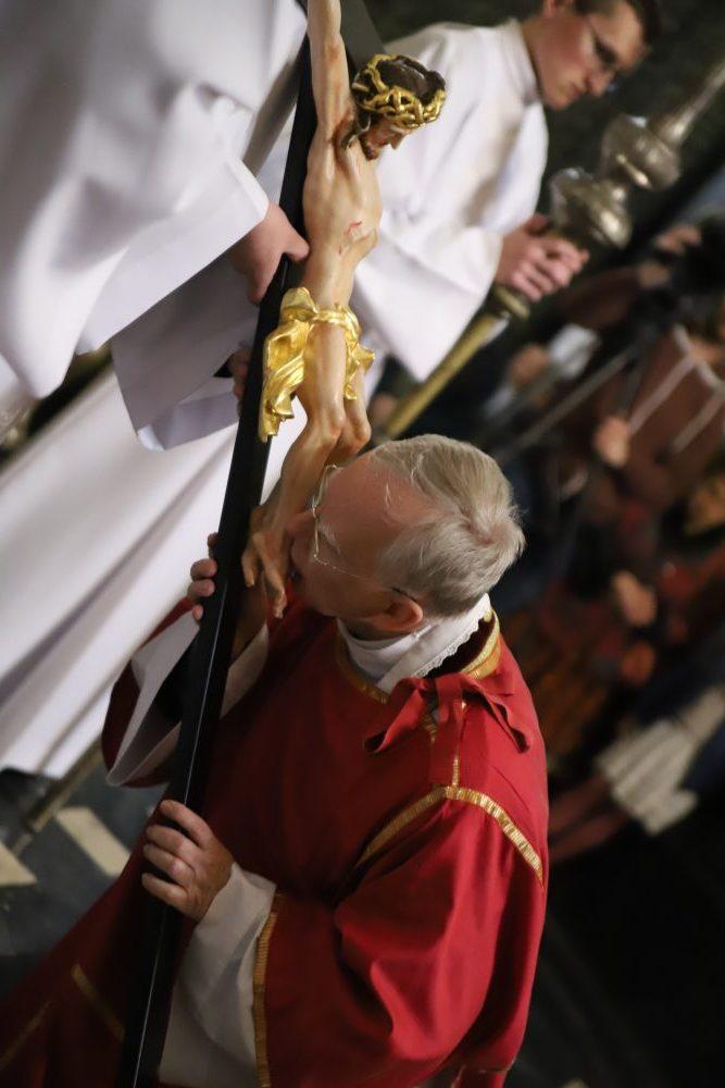Abp Jędraszewski: Krzyż Chrystusa ukazuje potęgę Zbawiciela. Liturgia Męki Pańskiej w Katedrze Wawelskiej.