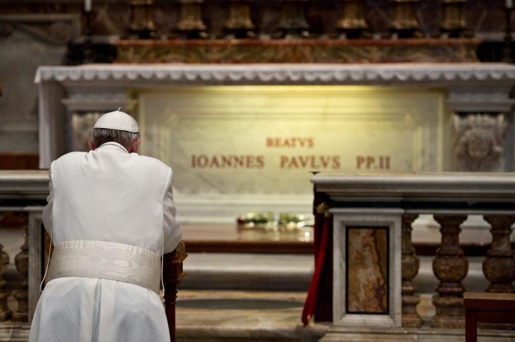 Papież Franciszek oczyszcza Jana Pawła II
