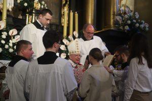 Przestrzegajcie przykazań miłości. Bierzmowanie w Parafii Świętego Krzyża w Krakowie