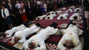 Kapłan powinien być świadomym swej tożsamości i służyć ludziom całym życiem i ze wszystkich sił. Święcenia prezbiteriatu rocznika św. Jana XXIII w Królewskiej Katedrze na Wawelu pw. św. Stanisława i św. Wacława.