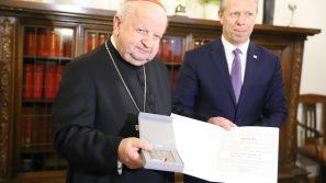 Medal Stulecia Odzyskania Niepodległości dla kard. Stanisława Dziwisza