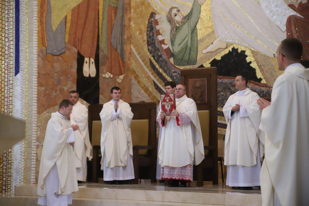 Ministrant Słowa Bożego powinien świadczyć o Chrystusie w codziennym życiu. Diecezjalne Błogosławieństwo Lektorów w Sanktuarium św. Jana Pawła II w Krakowie.