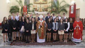 Trzeba być dumnym ze swej przynależności do Kościoła. Bierzmowanie w parafii pw. Świętych Joachima i Anny w Tomicach.