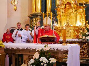 Kard. Stanisław Dziwisz: Jan Paweł II to niezwykły wzór dla całego Kościoła. Msza św. w parafii pw. Narodzenia NMP w Myślenicach, połączona z uroczystą instalacją relikwii krwi św. Jana Pawła II.