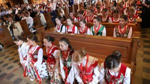 Kto trwa przy Chrystusowym krzyżu, ten zwycięża świat. Bierzmowanie w parafii pw. św. Kazimierza w Kościelisku.