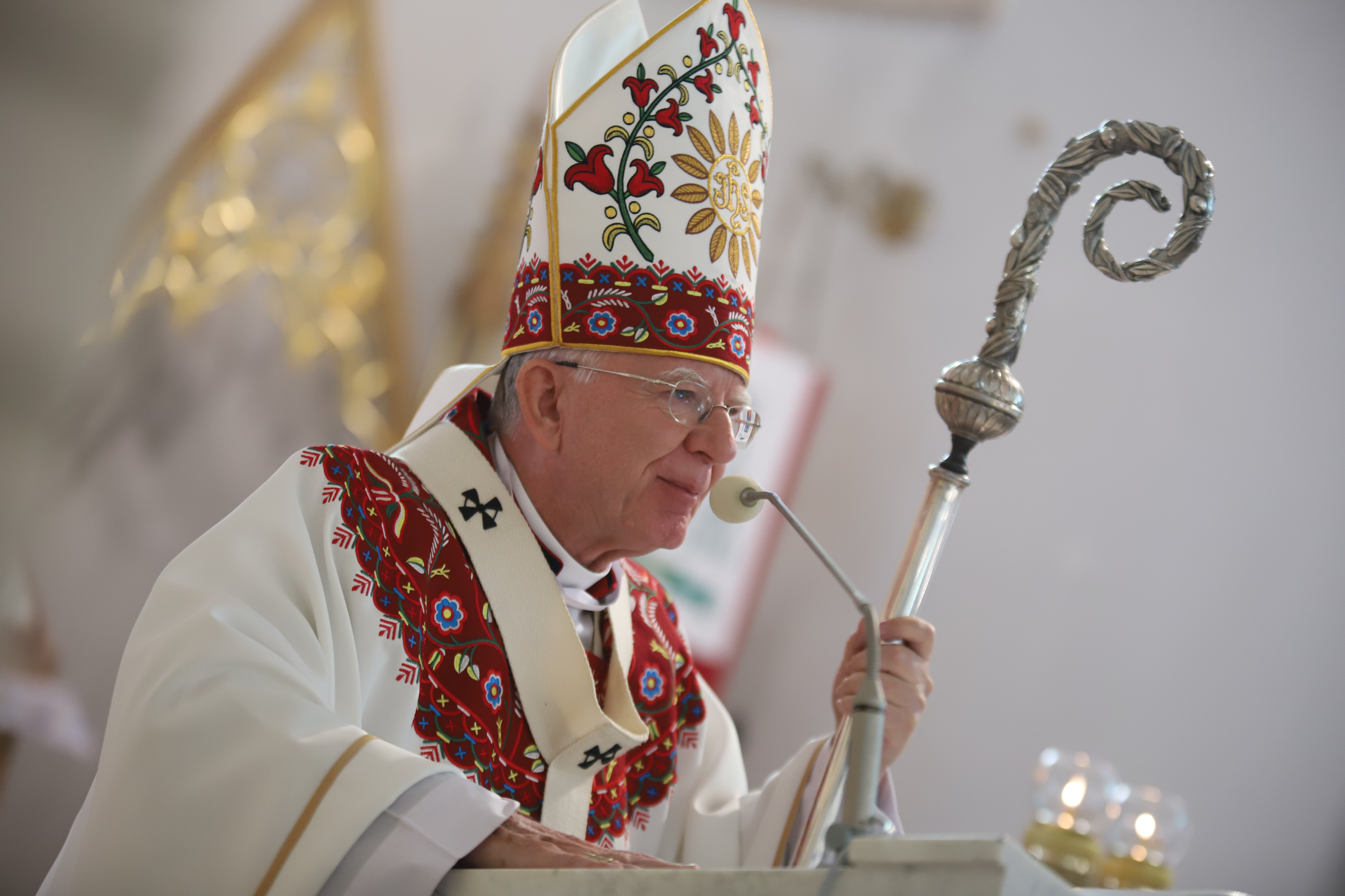 Abp Jędraszewski: Należy trwać przy krzyżu Chrystusa i odnajdywać w nim nadzieję życia wiecznego.