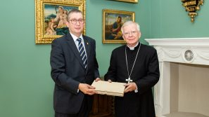 Wielka akcja solidarności z Arcybiskupem. 55 tys. podpisów wręczonych metropolicie krakowskiemu.