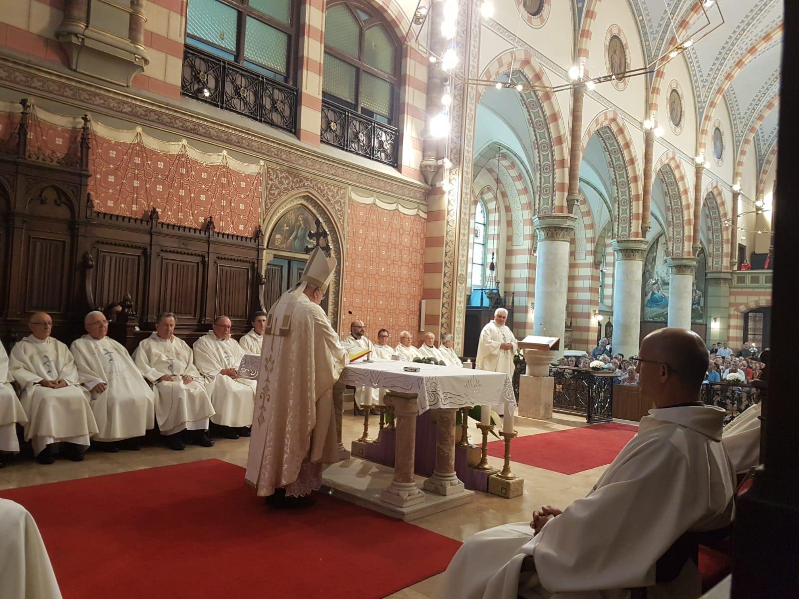Kard. Dziwisz: Pontyfikat św. Jana Pawła II został naznaczony cierpieniem Sarajewa i jego mieszkańców w czasie krwawego zbrojnego konfliktu na Bałkanach.
