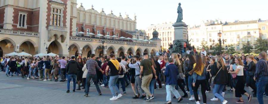Stypendyści zatańczyli na Rynku Głównym