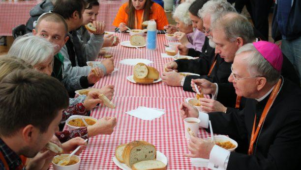 Abp Marek Jędraszewski w Światowy Dzień Ubogich: Pochylmy się nad bliźnim, przedzierając się przez zasłonę jego ubóstwa