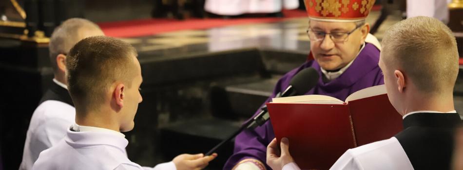 Bp Damian Muskus podczas udzielenia posługi lektoratu i akolitatu alumnom III i IV roku seminarium: Powołanie do służby Bogu zobowiązuje do radykalnej przemiany życia