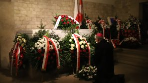 Abp Marek Jędraszewski w 10. rocznicę pogrzebu Lecha i Marii Kaczyńskich w katedrze na Wawelu