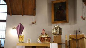 """Kościół stacyjny św. Brata Alberta """"Ecce Homo"""": Krzyż to brama naszego zbawienia"""
