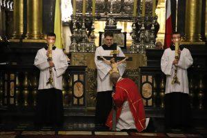 Liturgia Wielkiego Piątku w katedrze wawelskiej: Módlmy się pod krzyżem Chrystusa o miłosierdzie nad światem