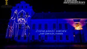 Laserowa projekcja na fasadzie Pałacu Arcybiskupów Krakowskich w 100. rocznicę urodzin Karola Wojtyły