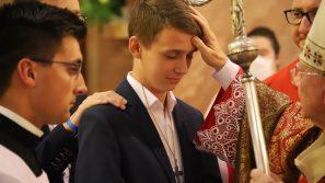 Abp Marek Jędraszewski do młodzieży: Bądźcie wierni darom Ducha Świętego i brońcie krzyża, który jest znakiem zwycięstwa