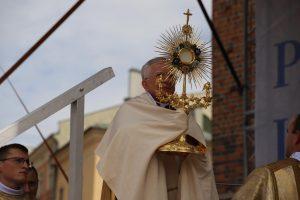 Centralna procesja Bożego Ciała w Krakowie: Niesiony w procesjach eucharystycznych Chrystus mówi: Jestem z wami! Jestem dla was!