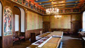 Tkaniny zdobiące ściany kapitularza Krakowskiej Kapituły Katedralnej odzyskały pierwotne piękno