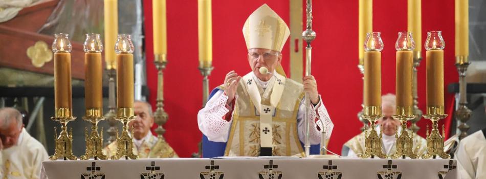 Abp Marek Jędraszewski w bazylice Mariackiej: zmaganie między smokiem, a Niewiastą trwa nieustannie