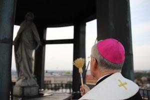 Poświęcenie figury Matki Bożej w kopule nad Teatrem Groteska