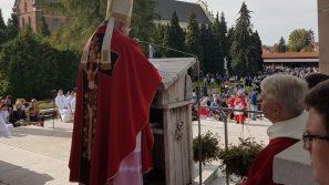 Kard. Stanisław Dziwisz w Sanktuarium Krzyża Świętego w Mogile: Wpatrujmy się w krzyż, w którym nasz ratunek i ocalenie