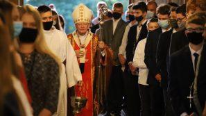 Abp Marek Jędraszewski podczas bierzmowania w Dąbrowie Szlacheckiej: Być blisko Jezusa jak Jego Matka Maryja