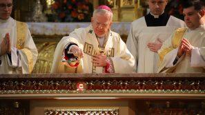 Abp Marek Jędraszewski w czasie konsekracji nowego ołtarza w kościele Bożego Ciała: Kościół istnieje dla ołtarza, a nie ołtarz dla kościoła