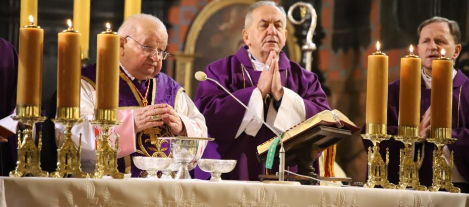 Kard. Stanisław Dziwisz podczas liturgii kościoła stacyjnego: Potrzeba nam nadziei. Ona jest odpowiedzią na pokusę zniechęcenia