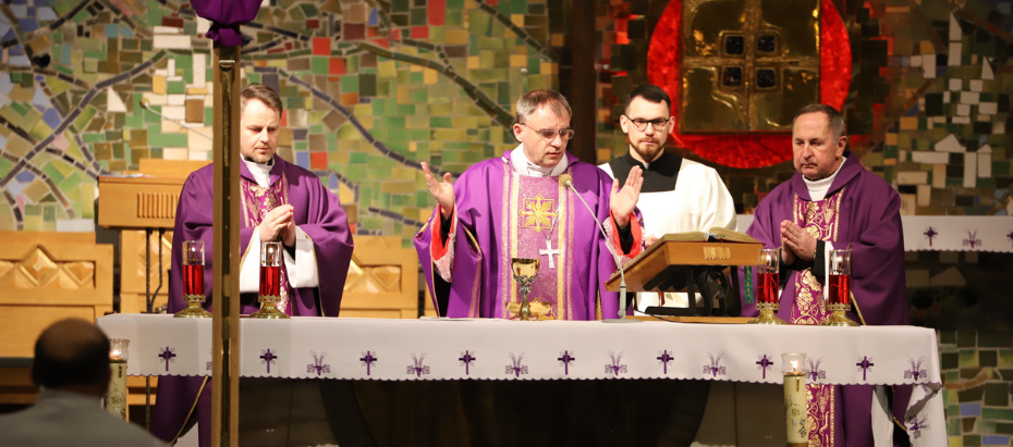 Bp Robert Chrząszcz podczas liturgii stacyjnej: Potrzeba świadectwa wiary, która jest czysta jak złoto