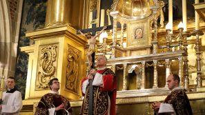 Abp Marek Jędraszewski podczas Liturgii Męki Pańskiej: Kościół zrodzony z przebitego boku Chrystusa ma głosić prawdę o swoim Mistrzu