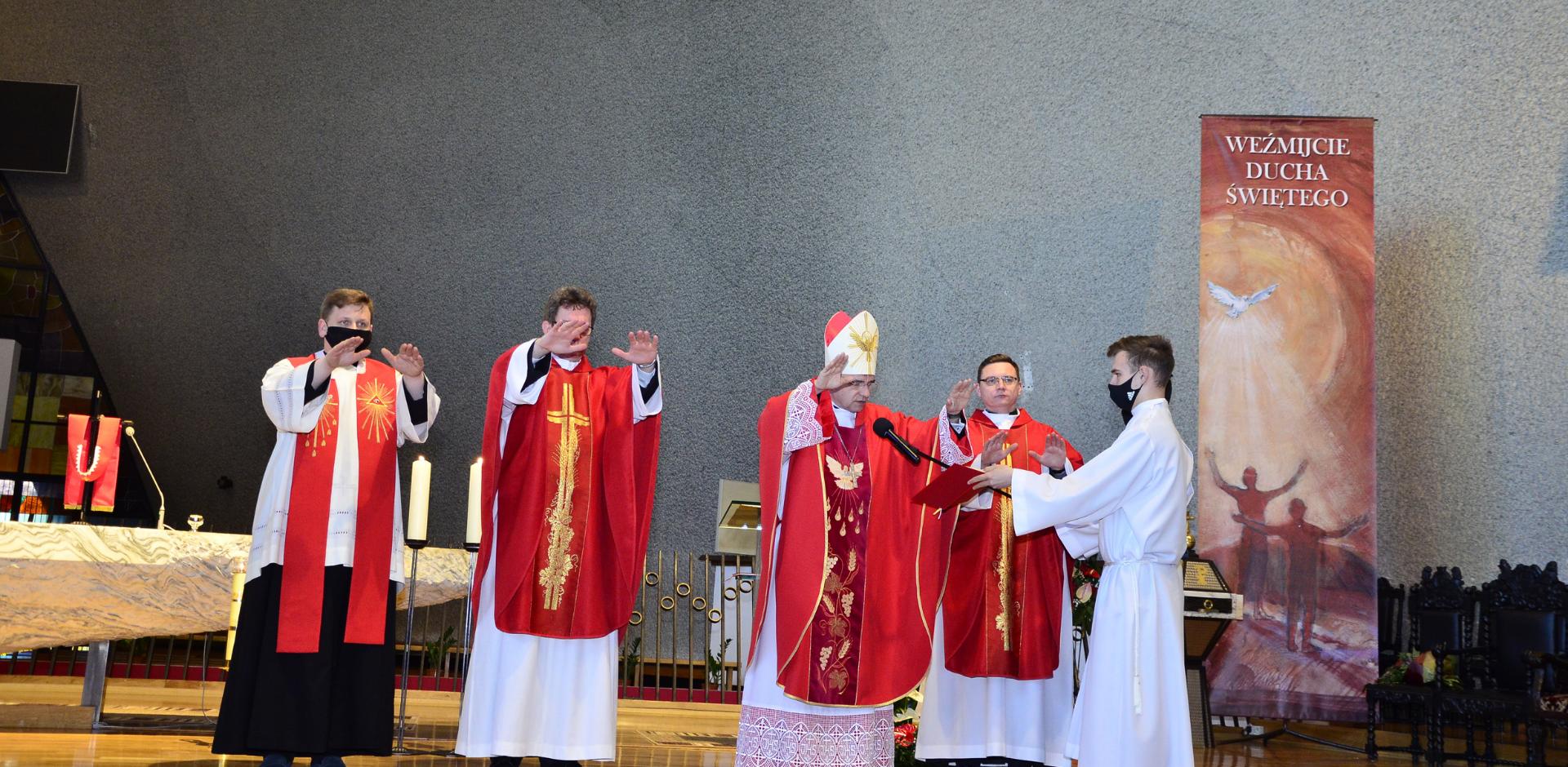 Bp Robert Chrząszcz do młodych: Nie wstydźcie się swej wiary