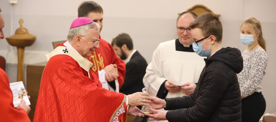 Abp Marek Jędraszewski do młodych: Każdy, kto trwa przy Chrystusowym krzyżu zwycięża