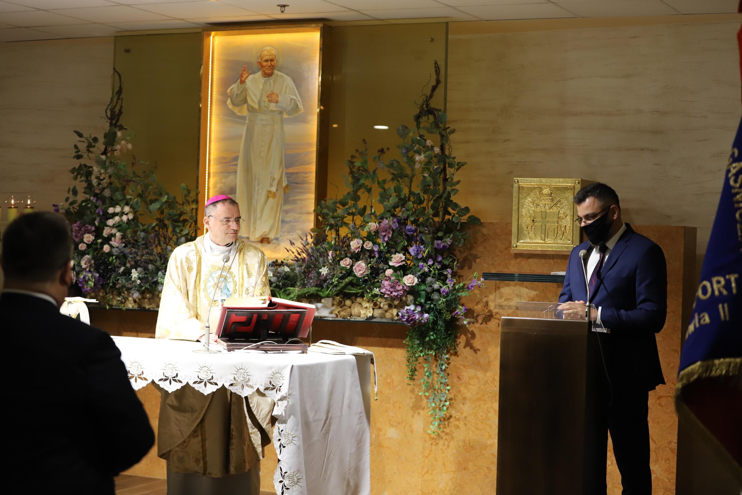 Bp Robert Chrząszcz podczas Mszy św. za pracowników lotniska i podróżnych na lotnisku w Balicach: Nigdy nie traćmy z oczu celu, jakim jest niebo