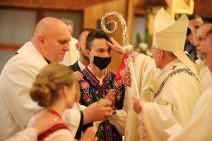 """Abp Marek Jędraszewski do młodych: Poprzez śmierć Jezusa na krzyżu możemy w Duchu Świętym mówić do Boga """"Ojcze"""""""
