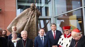 Odsłonięcie pomnika św. Jana Pawła II przy bibliotece UPJPII