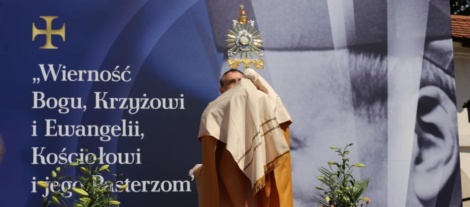 Bp Robert Chrząszcz w Boże Ciało: wierność to odpowiedzialność za własną miłość