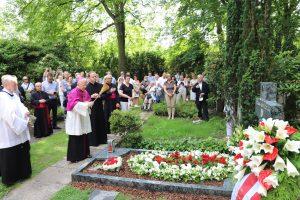 Poświęcenie krzyża na grobie ks. Ryszarda Mroziuka, wieloletniego proboszcza Polskiej Misji Katolickiej w Dortmundzie