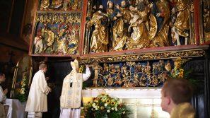 Abp Marek Jędraszewski poświęcił odnowiony ołtarz Wita Stwosza